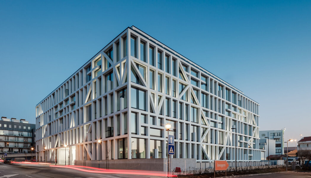CW 50 Curtain Walls and CS 59Pa Doors - Business center Urbo Business Center located in Porto, Portugal