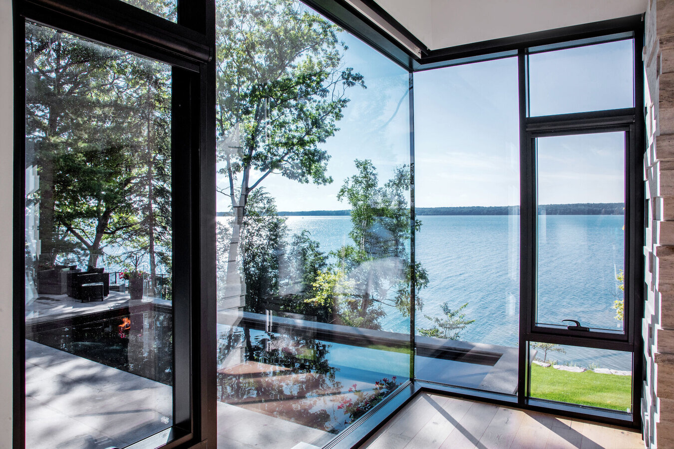 CW 50 Curtain Walls, CF 77 Sliding Systems, CS 77 Windows and CS 77 Doors - House South Water Flats located in Kempenfelt Bay, Canada