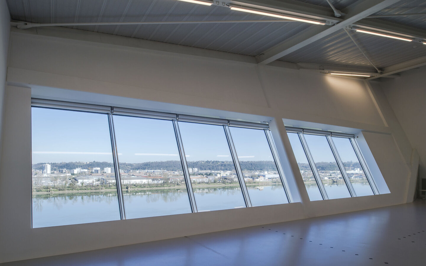 CW 86 Curtain Walls, CP 130 (-LS) Sliding Systems and CW 50 Curtain Walls - Entertainment LA MECA located in Bordeaux, France